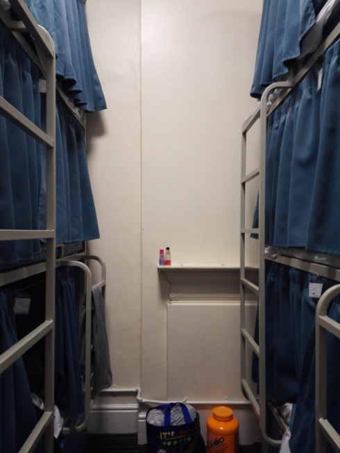 Smart Russel Hostelの部屋 室内 3段ベッド